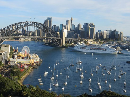 North Sydney Harbourview Hotel: The busy Harbour