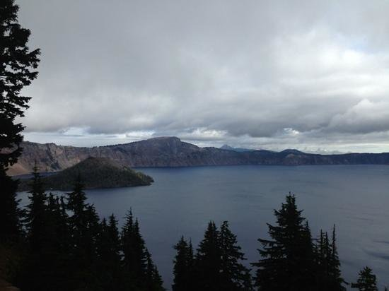Crater Lake Lodge: cloudy day with rain