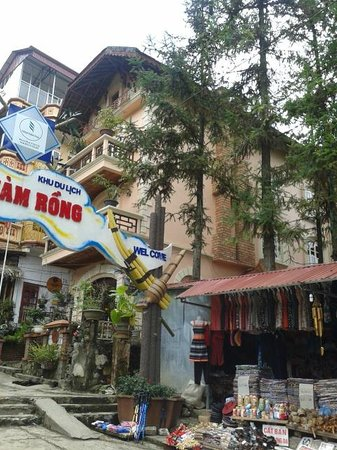 Thai Binh Sapa Hotel: Outside the hotel