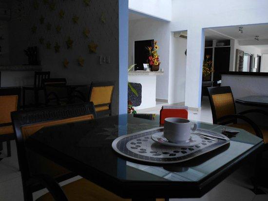 Hotel del Sol: Mesa del comedor con vista hacia la recepción