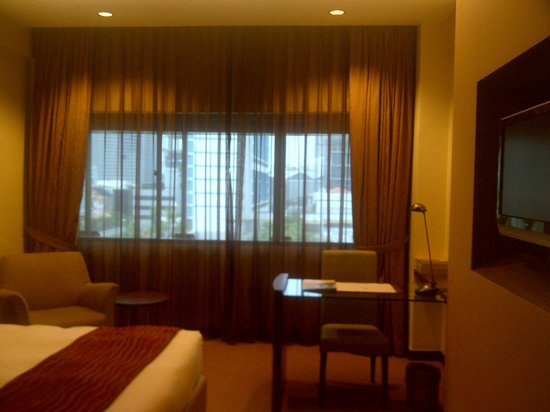 Grand Pacific Hotel: Writing desk near window