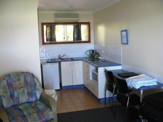 Sunlit Waters Studio Apartments: Kitchen