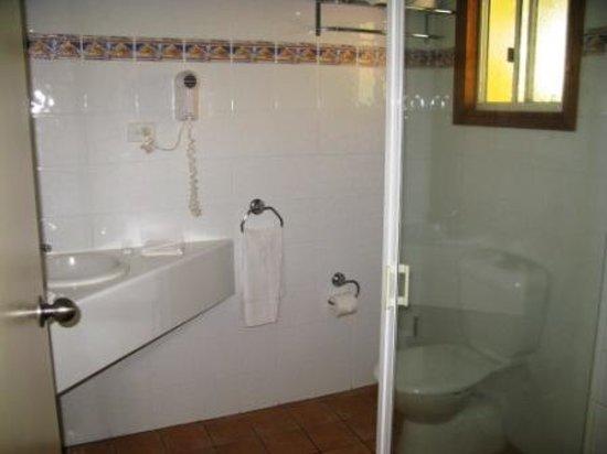 Sunlit Waters Studio Apartments: En-suite