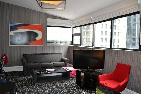 Moderne Hotel: Vårat rum. Minne ej numret, men bad om ett rum högt upp med utikt över gatan.