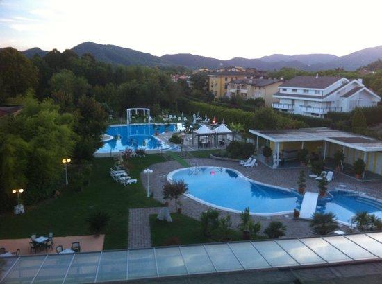 Hotel Harrys' Garden: Piscine e parco viste dalla nostra camera