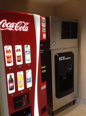 Holiday Inn San Diego-Bayside: Soda vending machine and ice machine