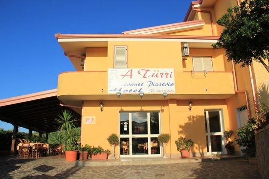 Hotel A Turri: l'entrée de l'hôtel et le restaurant en plein air (à gauche)