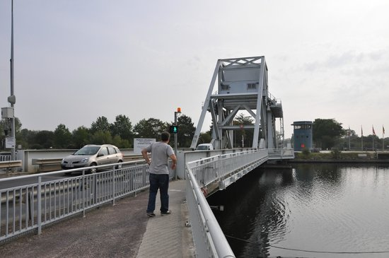 Pont Pégasus : Pegasus Bridge was attacked fro far side where gliders landed
