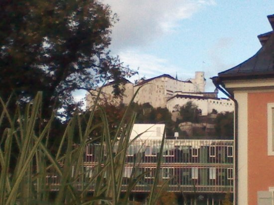 JUFA Hotel Salzburg City: Il castello visto dall'esterno della struttura
