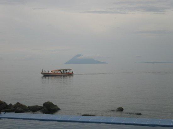 Minahasa Lagoon Dive & Tours Club: Vistas desde la piscina del hotel