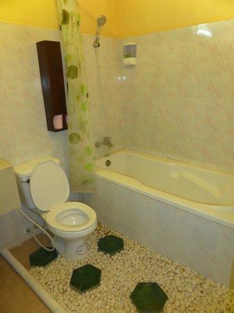 Antanue Spiritual Resort & Spa: The spacious bathroom