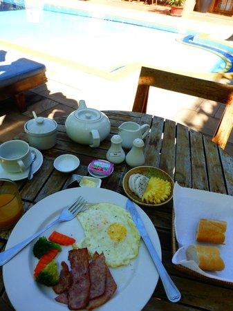 Antanue Spiritual Resort & Spa : Breakfast at the swimming pool