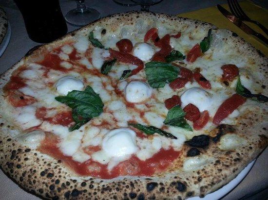 Pizzeria Saviello: La superba metà Perle Campane e metà Regina (con bocconcini naturalmente XD)