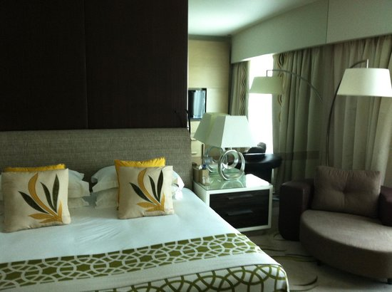 Hilton Capital Grand Abu Dhabi: Bedside