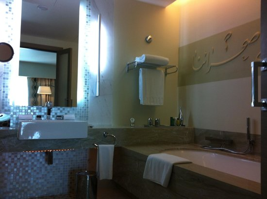 Hilton Capital Grand Abu Dhabi: Bathroom