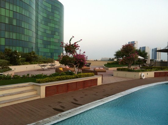 Hilton Capital Grand Abu Dhabi: Poolside