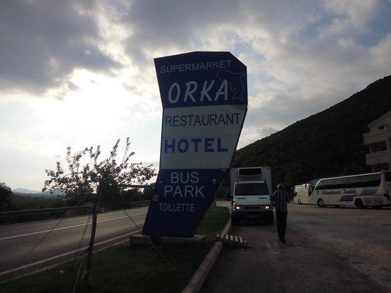 Orka Hotel: le panneau qui dit bien (toilettes, Supermarché)