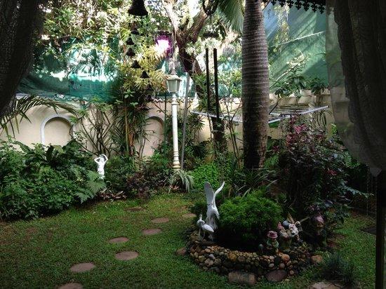 Garden Guest House: Yard