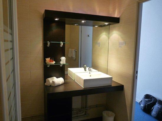 Hotel des Remparts : La salle de bain