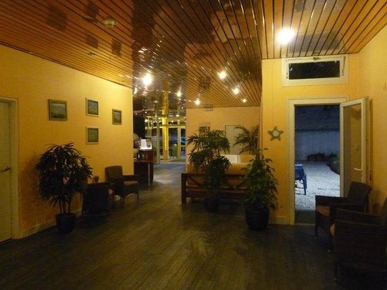 Hotel des Remparts : Couloir et patio