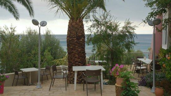 Horizon Beach Hotel : Frühstücksterrasse