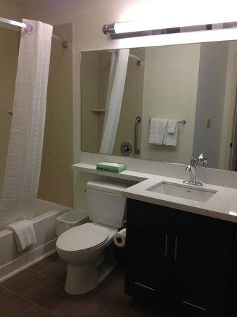 Candlewood Suites - Des Moines: bathroom