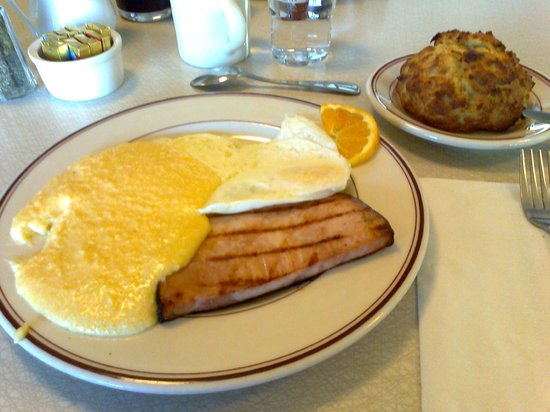 Sugar Pine Cafe: Cheese grits, ham and eggs. Yum