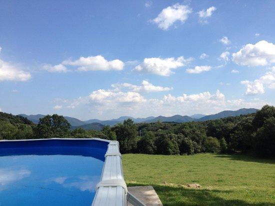 Casa Rural El Callis : La piscina es suficientemente grande para disfrutar toda la familia, y las vistas son inmejorabl