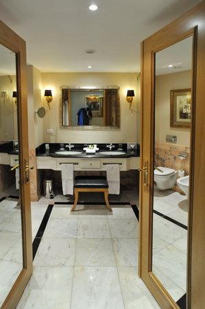 Hotel Cascais Miragem : door with mrror