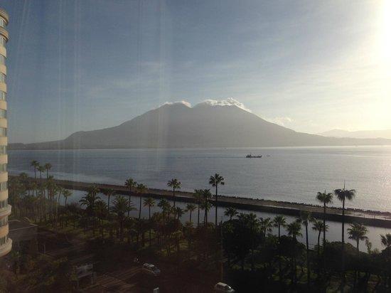 Hotel Welview Kagoshima: 部屋から見える桜島と錦江湾