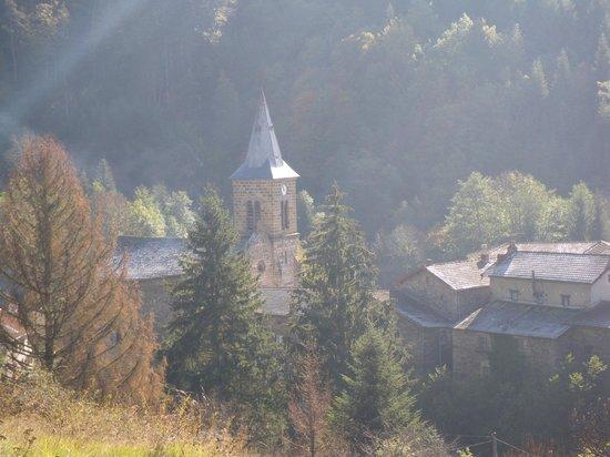 Direct tegenover de kerk is de Auberge du Doulon te vinden.