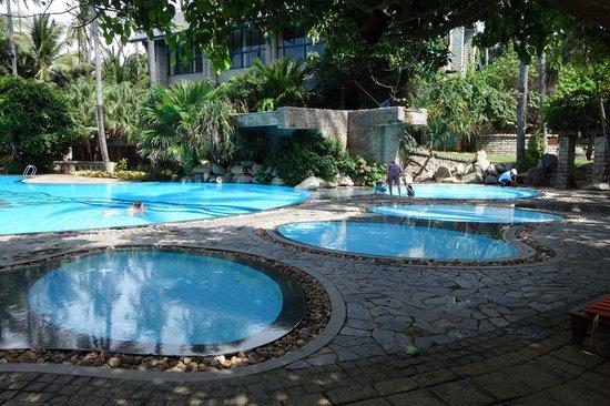Hoang Ngoc Resort: бассейны