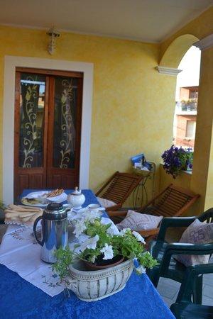 B&B Le Petunie : terrazza per la colazione