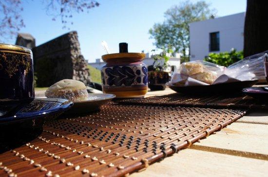 La Bendita Cafe: Mesa servida com suas xícaras antigas...