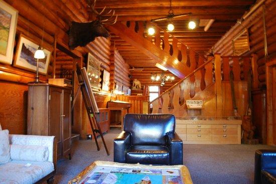 Num-Ti-Jah Lodge: common area