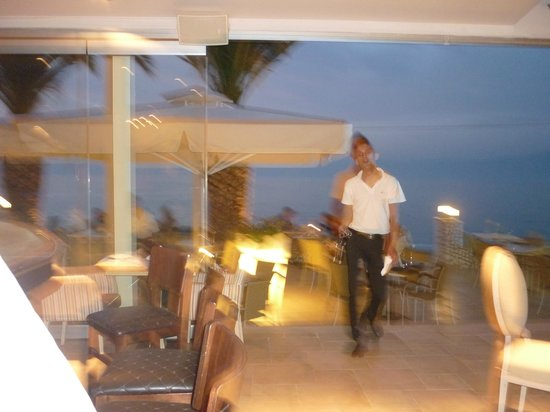 Coral Hotel: Dining/bar area right by the sea.