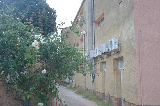 Hotel Scandola : Entrée du parking