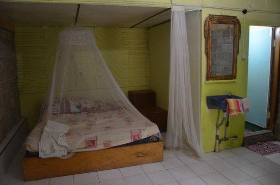 Bambu River Guesthouse Tangkahan: Bed and sink