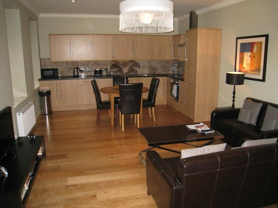 St Giles Apartments: Dining Room and Kitchen