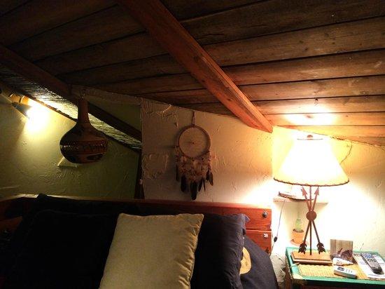 Sedona Bear Lodge : 階段登るとベットが