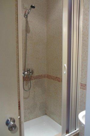 Pensao Avenida: Shower