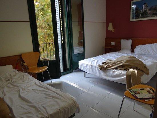 el Jardi: Large exterior room - basic, but spacious and clean!