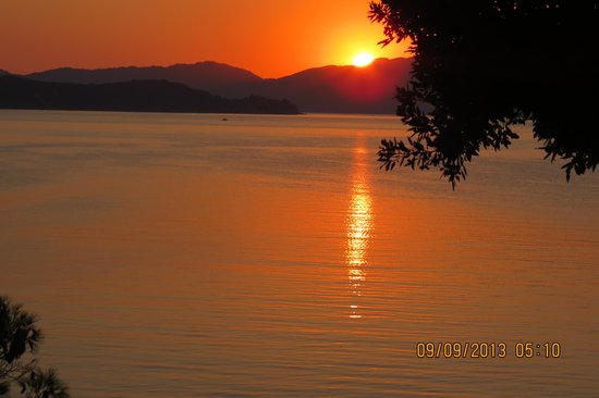 Cape Kanapitsa Hotel & Suites: Sunrise over Skopelos viewed from Hotel balcony
