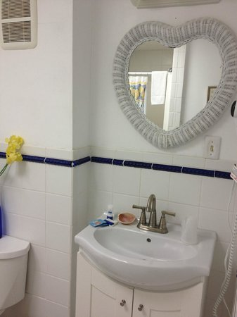 Narragansett House : Room 12 Bathroom