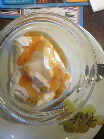 Plaka Hotel: Yummy Greek yoghurt with honey