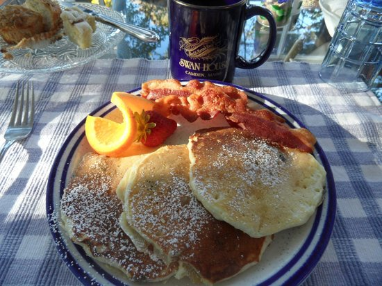 Swan House Bed & Breakfast: Yummy blueberry pancakes