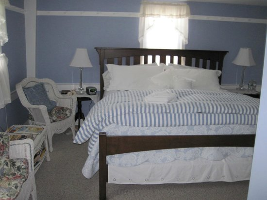 Shaker Farm Bed and Breakfast : Super Comfy KING size bed with seating on the side