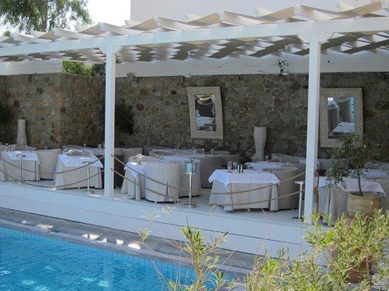 Aphrodite Restaurant @ Mykonian Ambassador Hotel: Dinner tables