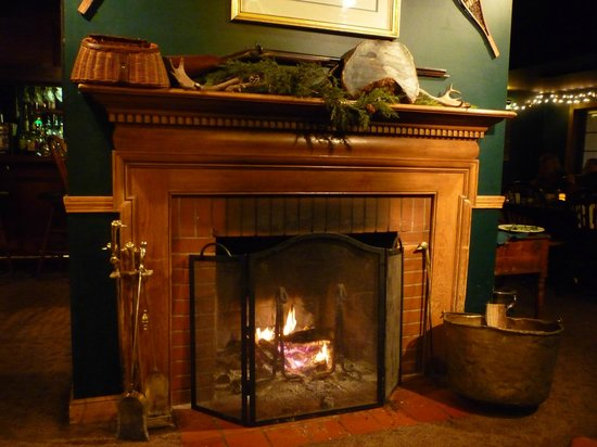 Broad Arrow Tavern: Enjoyed warmth of fireplace