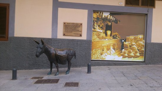 Hotel Rural Casa de los Camellos: une sculpture dans une rue d'Aguimes